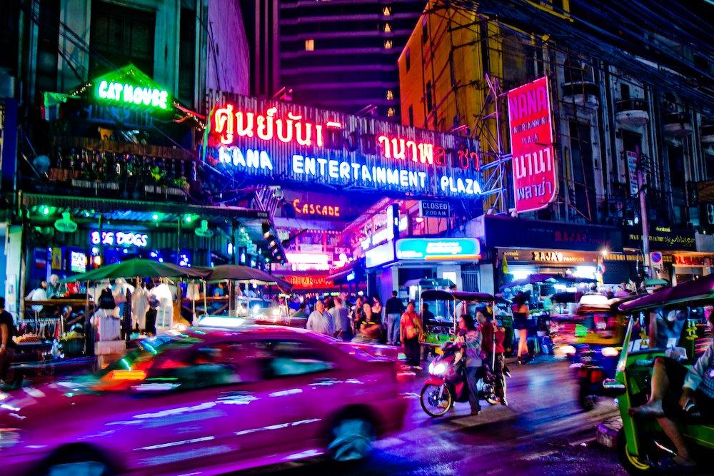 Некоторые из самых развратных мест Бангкока - улицы красных фонарей